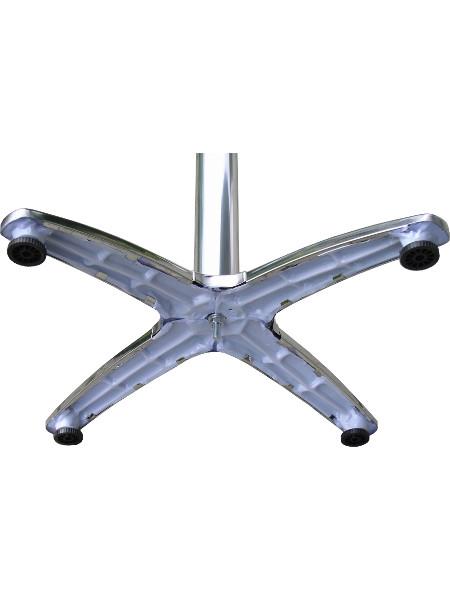 Detail Untergestell von PARIS-Stehtisch mit glänzendem verchromtem Untergestell. Alle 4 Füße mit Stellschraube zum Ausgleich von Bodenunebenheiten.