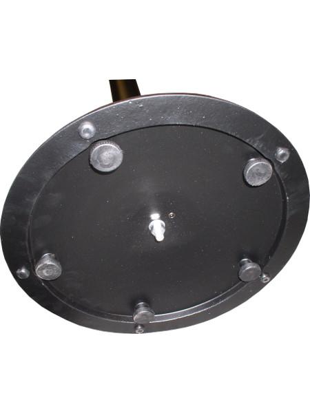 Unterseite Stehtisch SOLO. Die Bodenplatte liegt nicht auf dem Boden auf, sondern kann durch die Stellfüßchen reguliert werden
