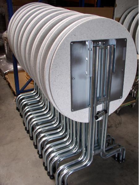 Rückseite des Klappstehtisch SK83 der stabilsten Art. Massives Anschraubblech für die Tischplatte, Fußauftritt und Verriegelung . Made by KAISER Metall & Idee